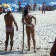 Ex-BBB Mayara ajeita biquíni ao se molhar no 'chuveirão' da praia de Ipanema, Zona Sul do Rio