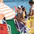 Amiga da ex-BBB Mayara passa protetor solar nas costas de Mayara durante passeio na praia de Ipanema