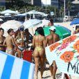 Ex-BBB Mayara distriu sorrisos e selifies com os fãs na praia de Ipanema