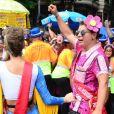 Isabella Santoni e David Brazil se divertiram na rua no Bloco das Poderosas