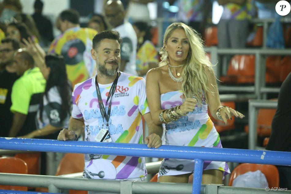 Adriane Galisteu e Alexandre Iódice circularam pelos camarotes da Marquês de Sapucaí neste sábado, 4 de março de 2017, durante o desfile das campeãs do Rio
