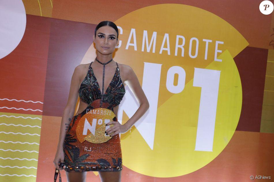 Thaila Ayala customizou a camisa do camarote e mostrou suas curvas em um vestido estiloso