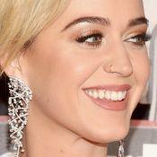 Katy Perry exibe dentes sujos em prêmio e reclama por não ser avisada: 'Quinoa'
