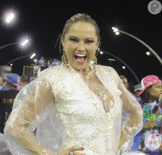 Ellen Rocche não se importa com a chuva e samba muito durante ensaio técnico da Rosas de Ouro, no Anhembi, em São Paulo, em 16 de fevereiro de 2014