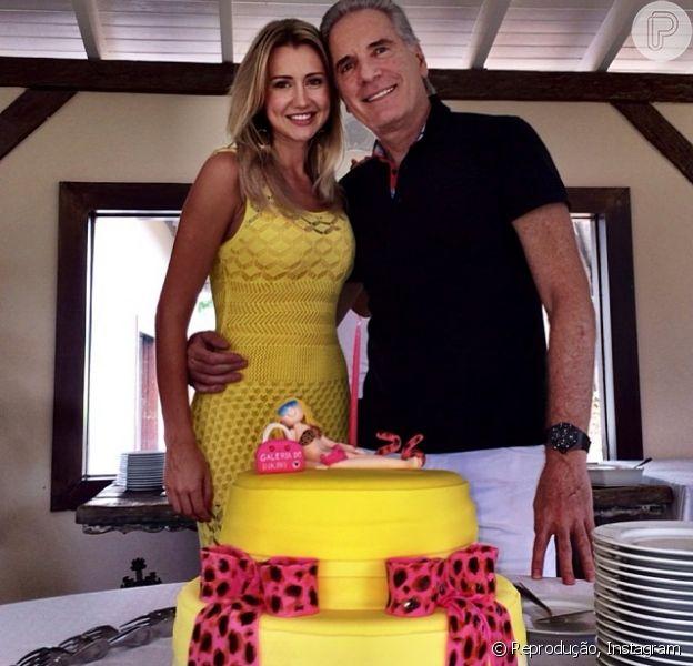 Ana Paula Siebert comemorou a chegada dos 26 anos antecipadamente e ganhou uma BMW de presente de aniversário do namorado, Roberto Justus