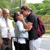Fernanda Vasconcellos beija Cássio Reis no aeroporto de Congonhas em SP
