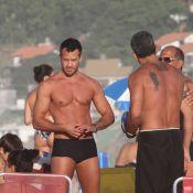 Malvino Salvador vai à praia do Rio com a namorada grávida, Kyra Gracie