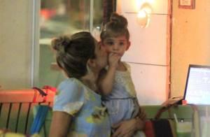 Grazi Massafera e a filha, Sofia, jantam com penteados parecidos: coque alto