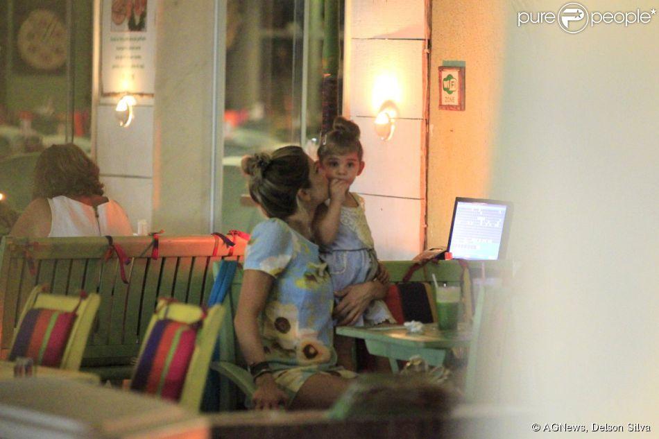 Grazi Massafera beija a filha, Sofia, em restaurante da Barra da Tijuca, na Zona Oeste do Rio de Janeiro (24 de fevereiro de 2014)