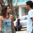 Juliana (Vanessa Gerbelli) rouba um bracelete da loja de Helena (Julia Lemmertz) para dar dinheiro a Jairo (Marcelo Mello Jr.) em troca da guarda de Bia (Bruna Faria), na novela 'Em Família'