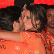 Carnaval de Salvador: Camila Rodrigues beija o marido, Roberto Costa, na folia