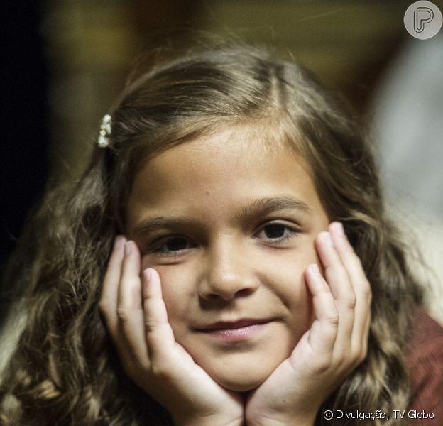 Pérola (Mel Maia) ouve Ernest (José de Abreu) dizer que não sabe se vai amá-la caso seja filha de Manfred (José de Abreu) e se entristece, em 'Joia Rara', em 3 de março de 2014