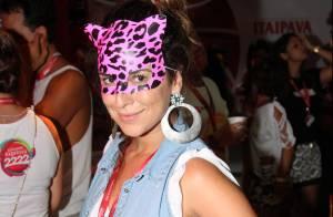 Após ser flagrada aos beijos, Fernanda Paes Leme vai a camarote com máscara