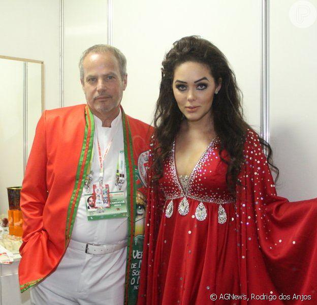 Tânia Mara caracterizada como Maysa, cantora e mãe do marido Jayme Monjardim, no desfile da Acadêmicos no Grande Rio, neste domingo, 2 de março de 2014