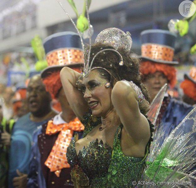 Christiane Torloni enfrenta dificuldade com o cabelo no início do desfile: cabelo prende na fantasia