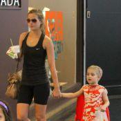 Luiza Valdetaro passeia com a filha, Maria Luiza, em shopping carioca