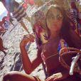 Carolina Portaluppi, de biquíni colorido bem pequeno, mostra o corpão na praia de Ipanema neste domingo