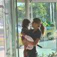 Grazi Massafera embarca com a filha, Sofia, de 1 ano e 10 meses, no aerporto Santos Dumont, no Rio de Janeiro, nesta terça-feira, 18 de março de 2014