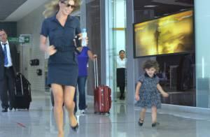 Grazi Massafera se diverte com a filha, Sofia, em saguão de aeroporto, no Rio