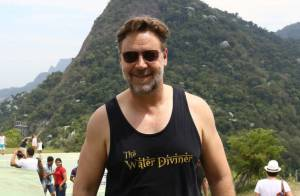 Russell Crowe anda de bicicleta e visita mirante em comunidade no Rio de Janeiro