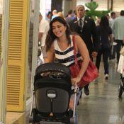 Juliana Paes passeia sorridente com os filhos, Pedro e Antônio, em shopping