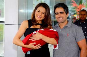 Nivea Stelmann deixa a maternidade com a filha, Bruna, nos braços: 'Linda'