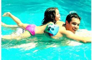 Jayme Matarazzo nada em piscina e leva a irmã caçula, Maysa, nas costas