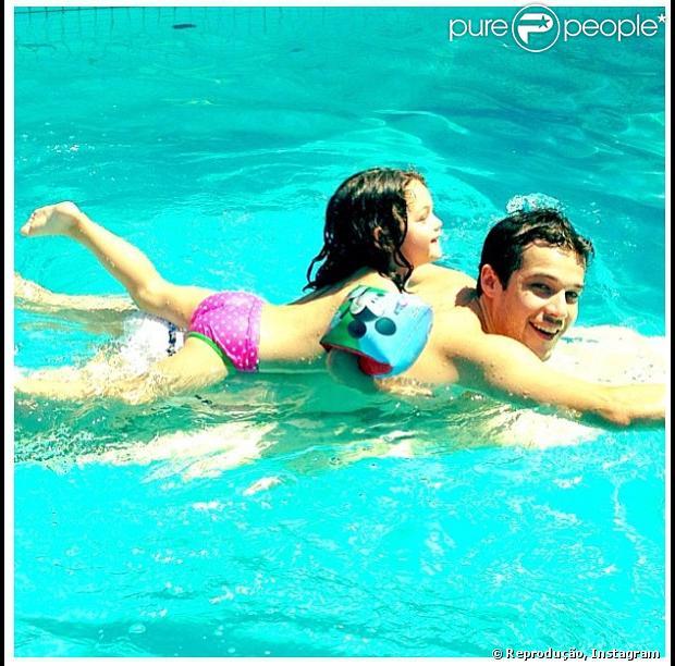 Jayme Matarazzo posta foto em seu Instagram, nadando com sua irmã caçula, Maysa, de 2 anos, em 20 de janeiro de 2013