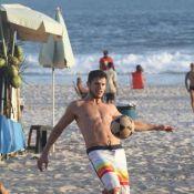 José Loreto joga futevôlei no Rio e fala sobre fratura na mão