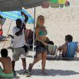 Aos 40 anos e de biquíni, Leticia Spiller exibe corpão em praia no Rio de Janeiro