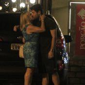 Susana Vieira beija o ex-namorado Sandro Pedroso na saída de churrascaria no RJ