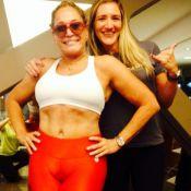 Susana Vieira mostra barriguinha com top e legging em dia de malhação