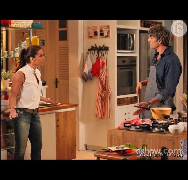 Clara (Giavanna Antonelli) discute com Cadu (Reynaldo Gianecchini), que lhe pergunta por que não vai dormir com Marina (Tainá Müller), em 9 de abril, na novela 'Em Família'