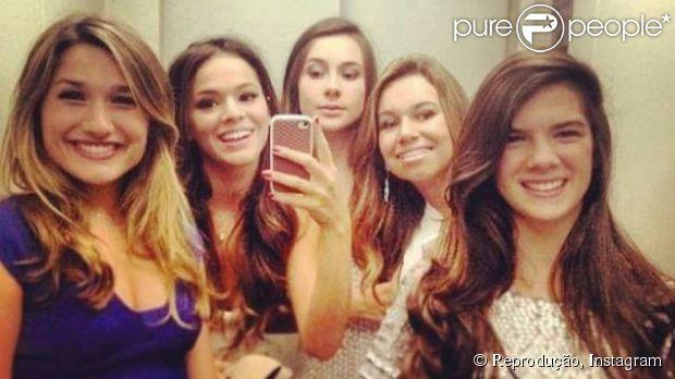 Sasha posa com amigas, entre elas Bruna Marquezine, em elevador; veja como a filha de Xuxa e Luciano Szafir cresceu! Registro divulgado em janeiro de 2013