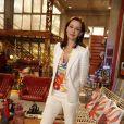Julia Lemmertz escolheu calça e blazer, na cor branca, para a coletiva de imprensa da novela 'Em Família'