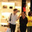 Julia Lemmertz aposta na camisa branca para fazer compras