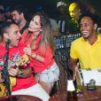 06 de abril de 2014 - Antes de curtir show da Anitta, Anamara dança com o grupo Pur'amizade