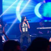 Anitta se apresenta usando cinta pós-cirúrgica e dança com amigos no palco