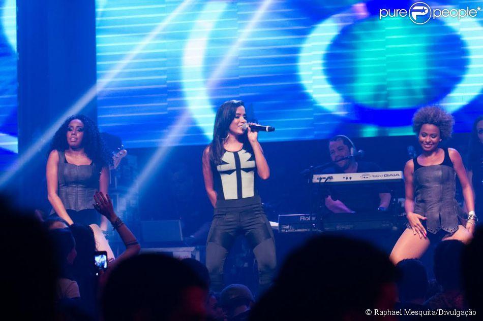 """06 de abril de 2014 - Anitta durante show no """"Verão 021"""", na Barra da Tijuca, no Rio de Janeiro"""