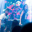 06 de abril de 2014 - A cantora chama o amigo Vitor Carvalho ao palco e requebra com ele