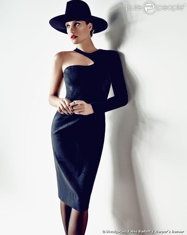 Fernanda Lima é capa da revista 'Harper's Bazaar' de abril. Glamourosa, a apresentadora posou para fotos com looks em preto, vermelho e metálico, esbanjando sofisticação
