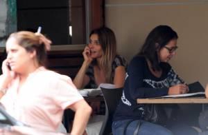 Fernanda Lima vai de short e chinelos almoçar com amiga em restaurante do Rio