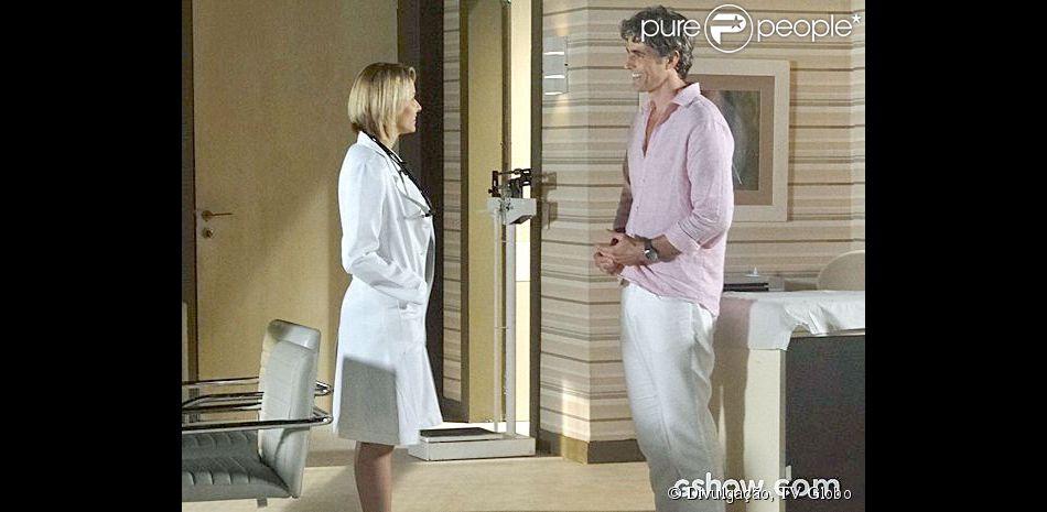 Cadu (Reynaldo Gianecchini) tem uma cardiopatia e é paciente de Dra. Silvia (Bianca Rinaldi), na novela 'Em Família'