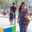 Clara (Giovanna Antonelli) vê Cadu (Reynaldo Gianecchini) e Silvia (Bianca Rinaldi) passeando juntos no calçadão, na novela 'Em Família'