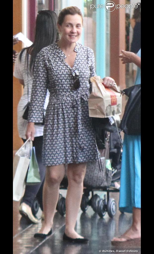 Adriana Esteves está de férias e não deve desfilar pela São Clemente no Carnaval, afirma assessoria da atriz em 23 de janeiro de 2013