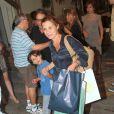 Adriana posa com o filho Vicente após a comemoração do aniversário do filho Felipe, em churrascaria do Rio, em janeiro de 2013