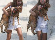 Filha de Grazi, Sofia rouba a cena com seu batom prateado em passeio com gato
