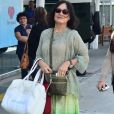 Regina Duarte optou por um look hippie para visitar o neto, João Gabriel, na saída da maternidade, em 2014