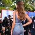 Izabel Goulart optou por manter os cabelos soltos com o longo Alberta Ferretti no Festival de Cinema de Veneza, nesta quarta-feira, 30 de agosto de 2017