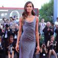 Izabel Goulart escolheu um elegante vestido brilhoso para prestigiar  o Festival de Cinema de Veneza, nesta quarta-feira, 30 de agosto de 2017